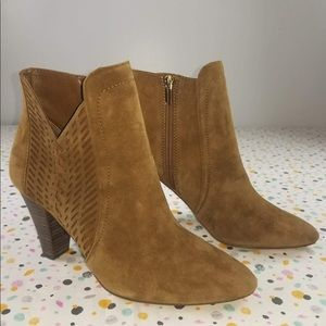 •Vince Camuto•tan/taupe suede ankle booties 10